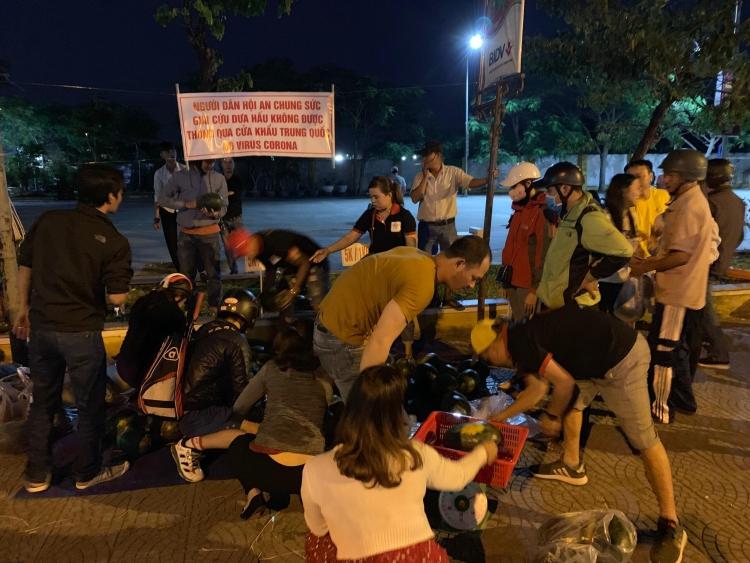 Hơn 5 tấn dưa hấu của nông dân Gia Lai được người dân Hội An giải cứu trong một giờ