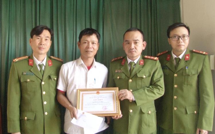 hue cuu nguoi nhay song mot cong dan duoc giam doc cong an tinh khen thuong