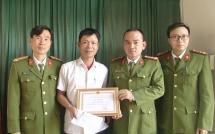 Cứu người nhảy sông, một công dân được Giám đốc Công an tỉnh khen thưởng