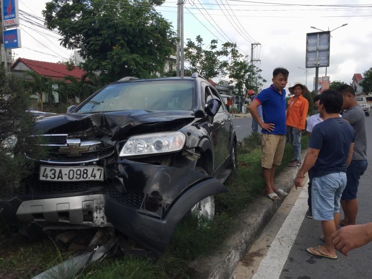 Quảng Nam: Xe ô tô con lao lên con lươn đâm gẫy trụ đèn, 2 người bị thương