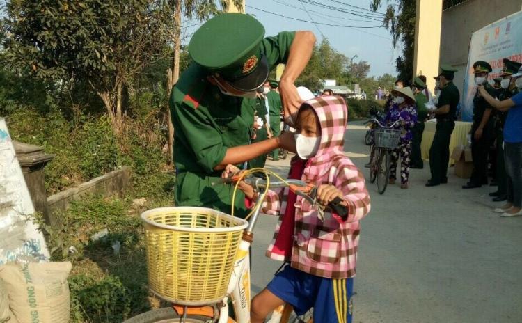 Quảng Ngãi: Biên phòng cửa khẩu Dung Quất phát hàng ngàn khẩu trang miễn phí cho người dân