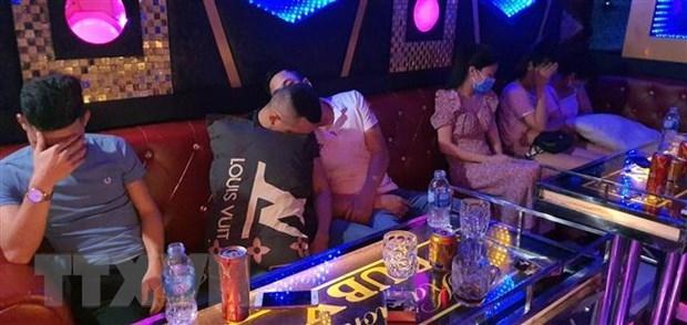 phat hien hang chuc doi tuong bay lac trong quan karaoke o tp tam ky