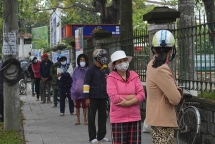"""Người nghèo ở Huế xếp hàng nhận gạo hỗ trợ từ cây """"ATM"""""""