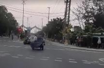 """Quảng Nam: Xe 3 bánh chở thép chạy như bị """"ma đuổi"""" suýt gây tai nạn khi qua ngã tư"""