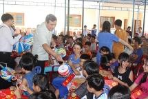 Bí thư Quảng Nam tặng quà Trung thu cho trẻ em Làng Hòa Bình