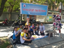 Sinh viên Huế bán hoa dịp 20/10 gây quỹ từ thiện