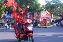 Hội An nhuộm sắc đỏ trong không khí cực nóng trước giờ Việt Nam đấu Indonesia