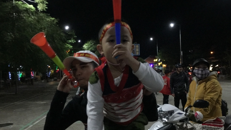 hoi an ca thanh pho di bao mung chien thang cua u22 viet nam
