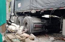 Trong đêm xe container bất ngờ đâm sập nhà dân ở Quảng Nam