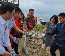 Lý Hùng, Mỹ Linh gom rác thải nhựa ở bờ biển Quảng Nam