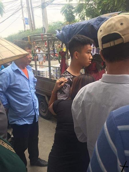 xe ba gac cho hang nang lat nghieng de chet mot nguoi dan ong