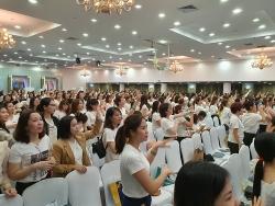 Nhãn hàng Dr.Lacir bất chấp quy định: Hàng nghìn người tụ tập không đeo khẩu trang