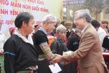 Thường trực Ban Bí thư Trần Quốc Vượng tặng quà tết cho gia đình khó khăn ở Yên Bái