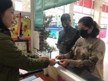 Mua vé trong bến xe, người dân Yên Bái được phát miễn phí khẩu trang chống dịch Corona