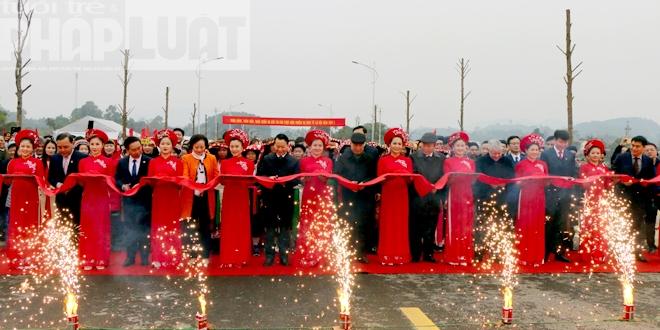 Thường trực Ban Bí thư Trần Quốc Vượng và các đại biểu cắt băng khánh thành cây cầu