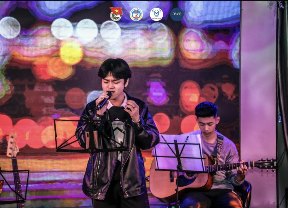 """Đỗ Hải Đăng - Quán quân chương trình âm nhạc """"Now You See Me 2020"""" mở màn cho đêm nhạc với ca khúc """"Lạc nhau có phải muôn đời""""."""