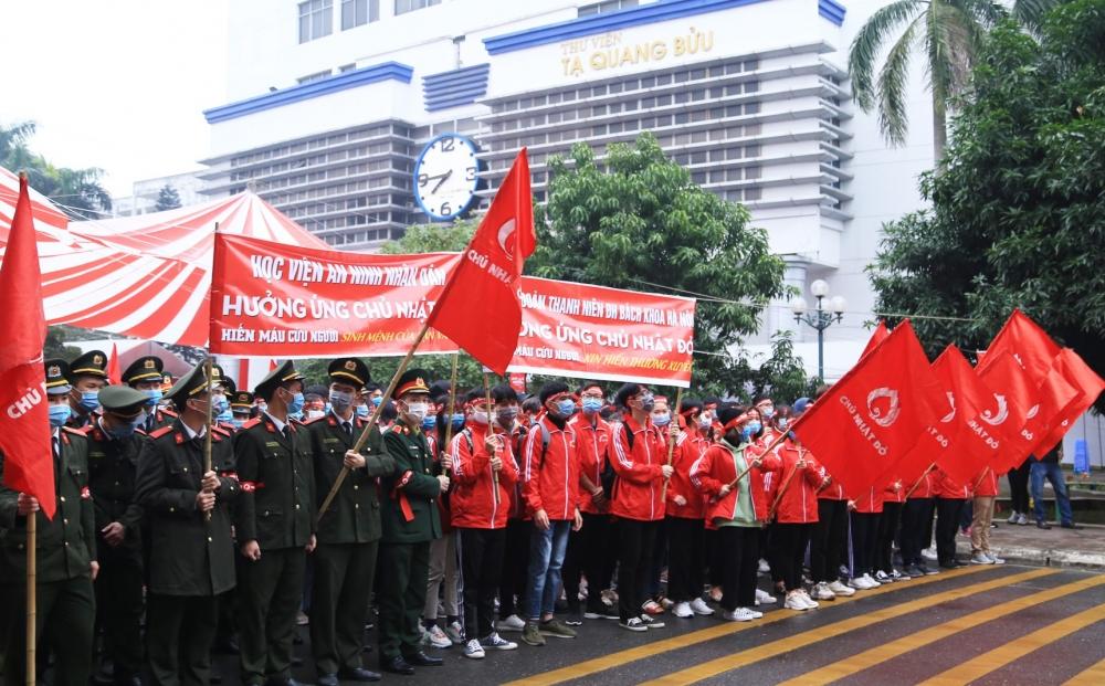 Các bạn sinh viên diễu hành hưởng ứng Chủ nhật Đỏ 2021.