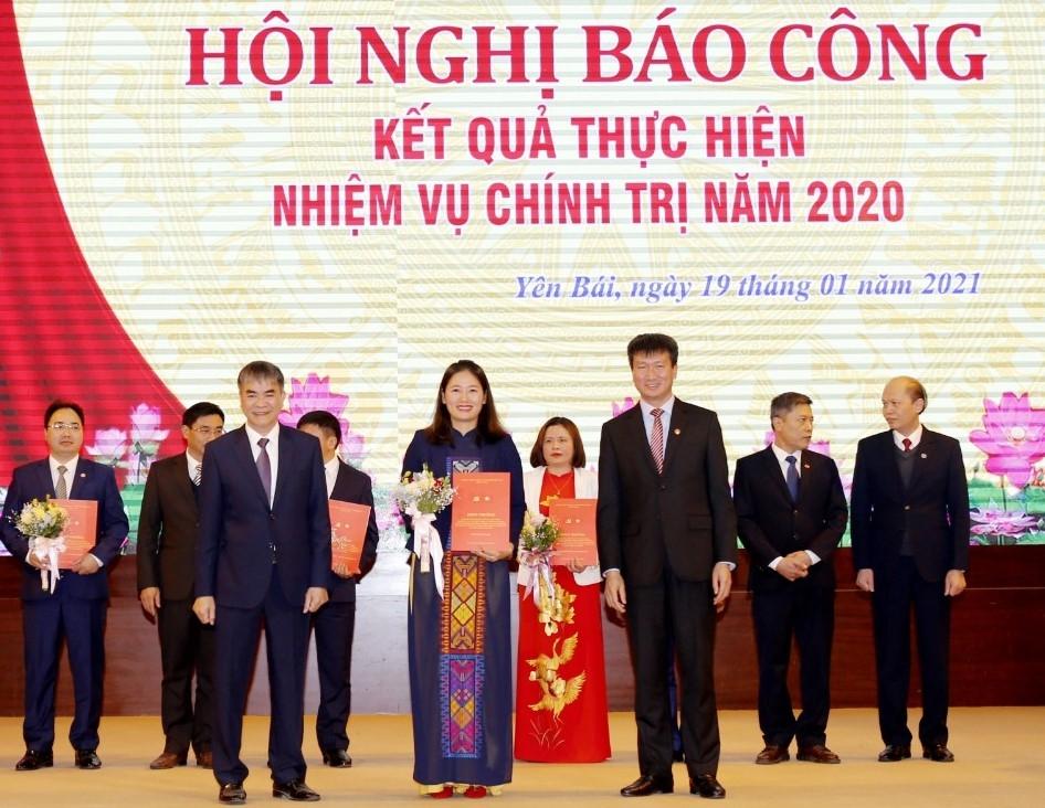 Thường trực Tỉnh ủy trao khen thưởng cho cá nhân đồng chí Đoàn Thị Thanh Tâm - Ủy viên BCH Đảng bộ tỉnh, Bí thư Tỉnh đoàn Yên Bái.