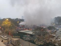 """Cháy bãi xe """"nghi"""" không phép tại quận Hoàng Mai, Hà Nội"""