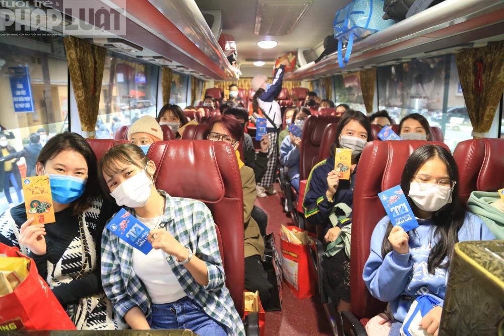 Nhiều chuyến xe miễn phí đưa các em sinh viên khó khăn về quê ăn Tết