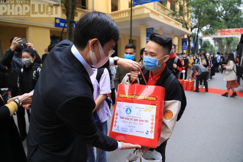Ban Tổ chức cũng trao quà cho các em sinh viên có hoàn cảnh khó khăn trên chuyến xe miễn phí.
