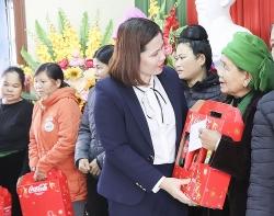 Hội LHPN tỉnh Yên Bái tặng quà tết cho các gia đình có hoàn cảnh khó khăn