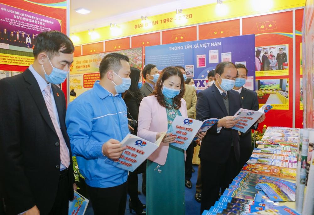 Các đồng chí lãnh đạo tỉnh, các đại biểu tham quan gian trưng bày các ấn phẩm báo Xuân.