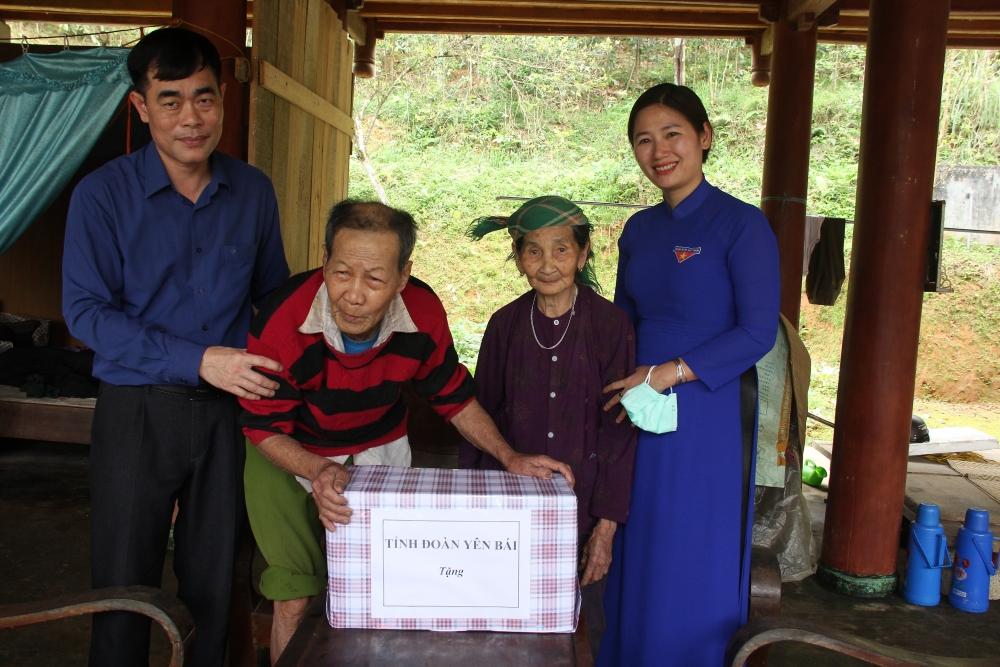 thăm hỏi, động viên, tặng quà các gia đình chính sách tại xã Đại Lịch, huyện Văn Chấn
