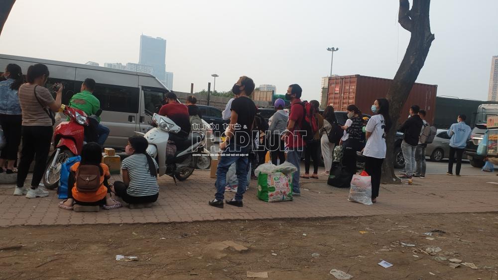 Hà Nội: Lòng đường thành bến xe lưu động, tấp nập xe đón trả khách