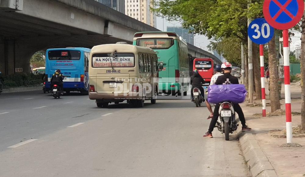 Xe dù, bến cóc tại Hà Nội: Đứng đâu cũng bắt được xe khách về quê