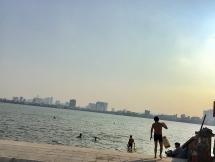 Hồ Tây: Bãi tắm tự phát tiềm ẩn nhiều nguy cơ mất an toàn