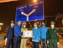 Bí thư Thành đoàn Hà Nội thăm động viên, tặng quà các đội hình trực chốt phòng chống dịch