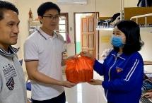 300 phần quà dành tặng sinh viên ở ký túc xá trường Đại học Ngoại ngữ