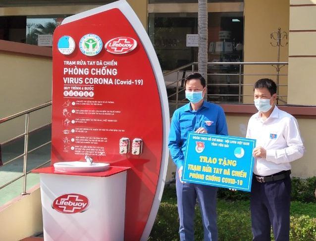 Tỉnh đoàn Yên Bái trao trạm rửa tay dã chiến phục vụ người dân tại Trung tâm hành chính công