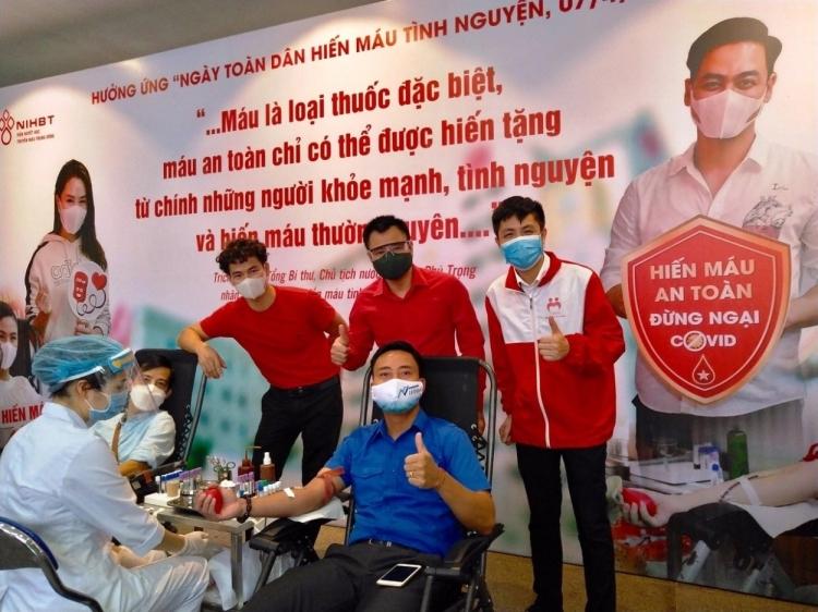Dàn nghệ sĩ nổi tiếng lan tỏa nghĩa cử hiến máu không ngại Covid-19