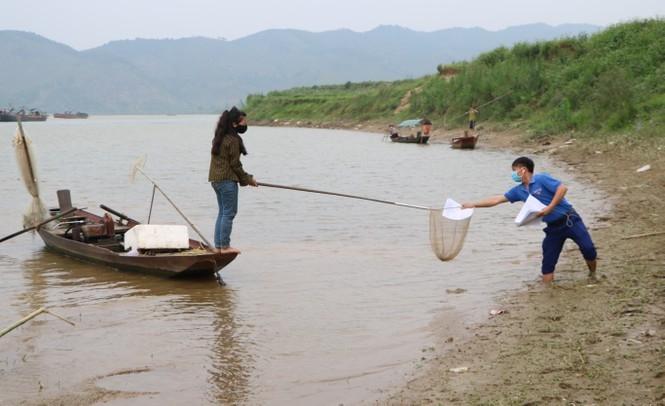 shipper ao xanh loi nuoc dua bai tap cho hoc sinh lang chai