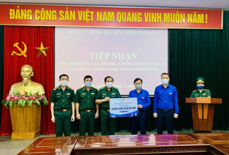 Trung ương Đoàn trao tặng vật phẩm cho Bộ đội biên phòng chống dịch Covid-19