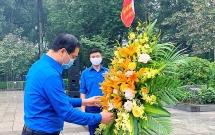 Tuổi trẻ Thủ đô dâng hoa tưởng niệm tại tượng đài V.I.Lê-nin