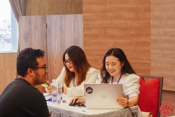 Sinh viên hỗ trợ tư vấn tuyển sinh hướng nghiệp cho học sinh THPT