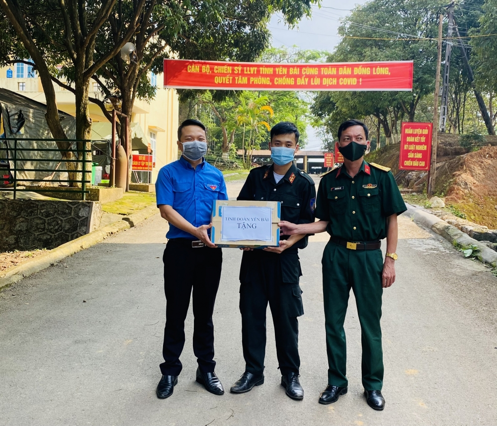 Tuổi trẻ Yên Bái trao quà ủng hộ tuyến đầu phòng chống dịch Covid-19