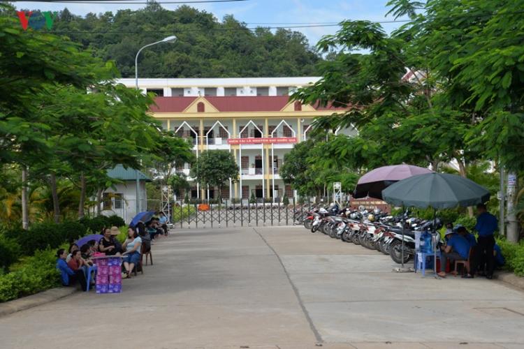 dinh chi 1 thi sinh tai son la mang dien thoai vao phong thi