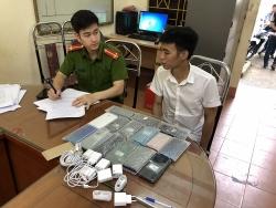 Thanh niên trộm hàng chục chiếc điện thoại của cửa hàng để bán lấy tiền để chơi game
