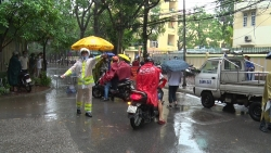 """Cảnh sát giao thông Hà Nội """"đội mưa"""" tiếp sức sĩ tử"""