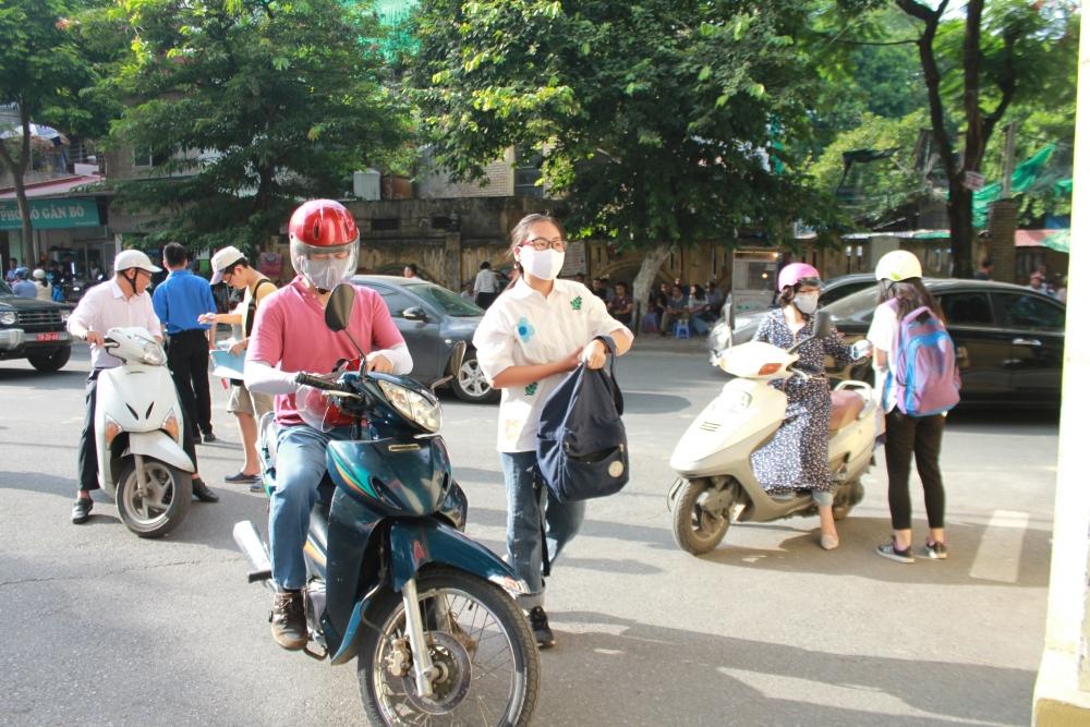 Những hình ảnh lo lắng của phụ huynh và học sinh trong buổi đầu thi tuyển sinh THPT ở Hà Nội