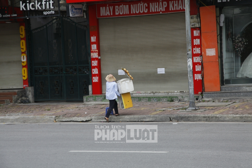 Người dân vẫn bán hàng dưới lòng đường, vỉa hè bất chấp Chỉ thị 17 của Hà Nội