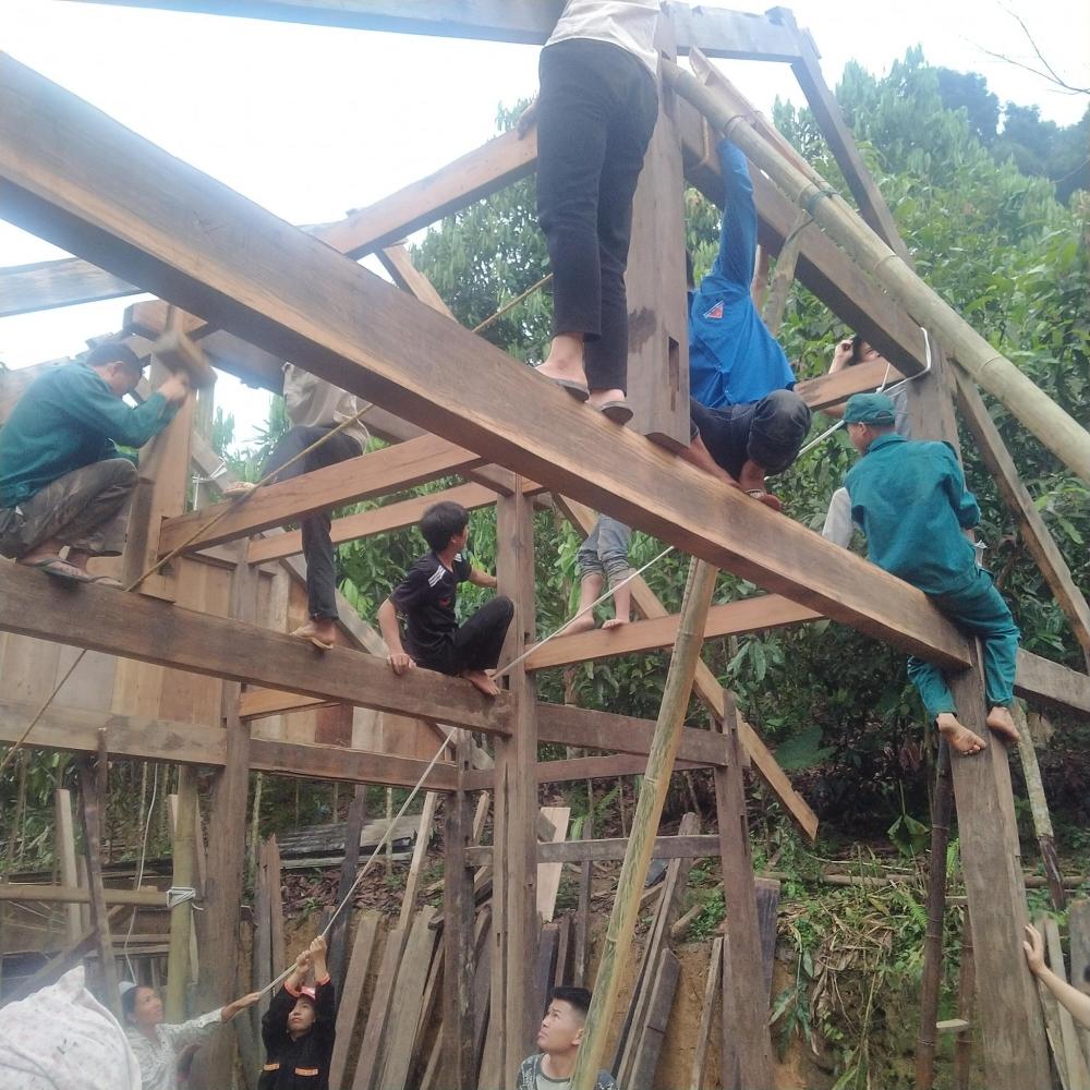 Đoàn viên thanh niên xã Xuân Tầm huyện Văn Yên hỗ trợ xây dựng Nhà nhân ái