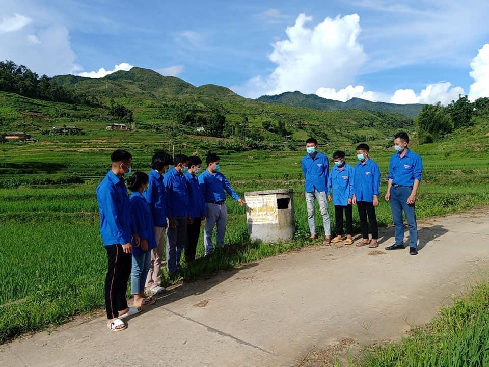 Đoàn xã Hát Lừu xây dựng bể thu gom thuốc bảo vệ thực vật trên cánh đồng