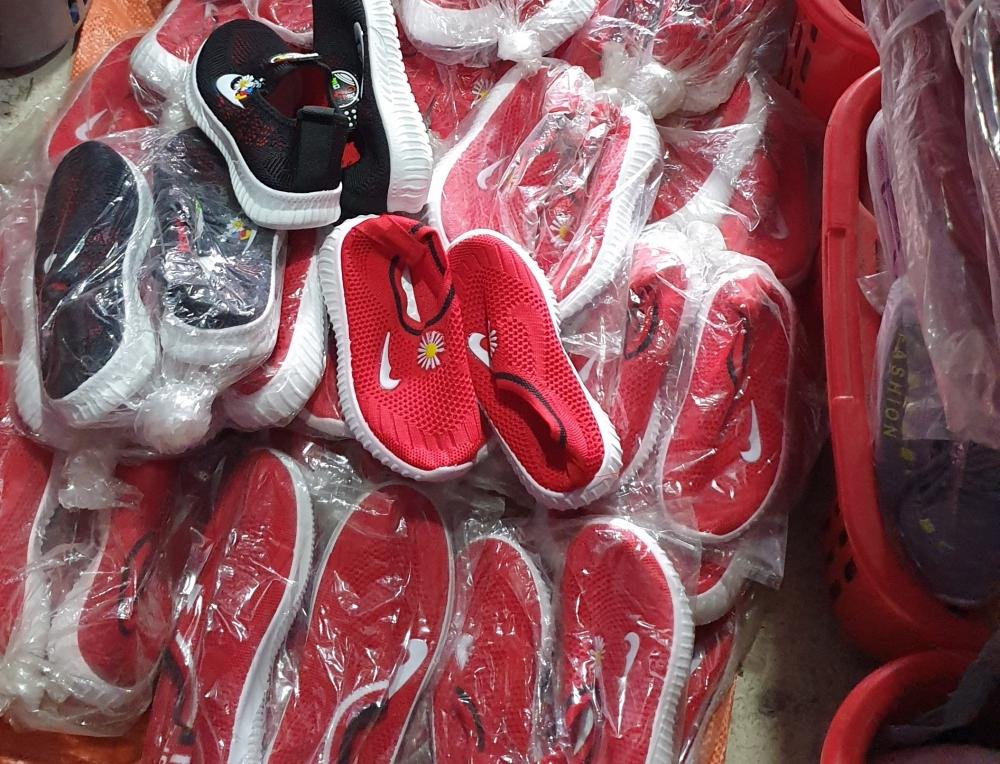 Phát hiện thu giữ hàng loạt giày dép giả nhãn hiệu Nike trên mạng xã hội