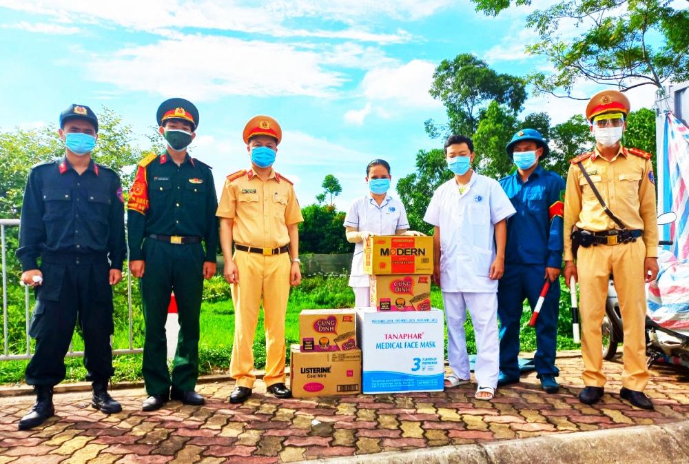 Hà Nội - Đội CSGT đường bộ số 3 trao quà và động viên các chiến sĩ