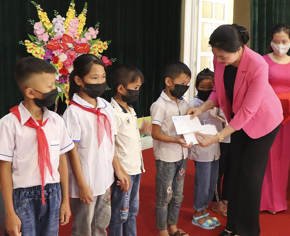 Chủ tịch Hội LHPN Việt Nam trao quà cho học sinh khó khăn trước ngày khai giảng năm học mới